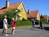 I sommerhalvåret er der ofte boldspil på vejen.