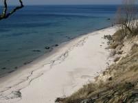 """Om sommeren lokker den hvide """"rivieraske"""" strandbred den badelystne."""