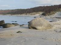Stranden er aldrig den samme. Undertiden ligger denne store klippeblok midt oppe på stranden, ....